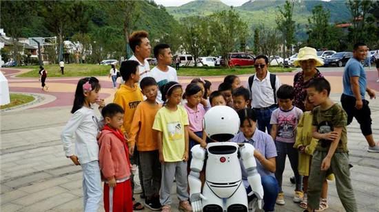 小律普法机器人与孩子们互动
