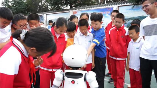 小律法律服务机器人与同学们互动